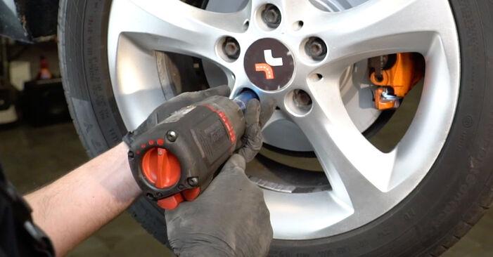 Slik bytter du BMW 1 Coupé (E82) 120d 2.0 2007 Alarmkontakt Bremsebeleggslitasje selv – trinn-for-trinn veiledninger og videoer