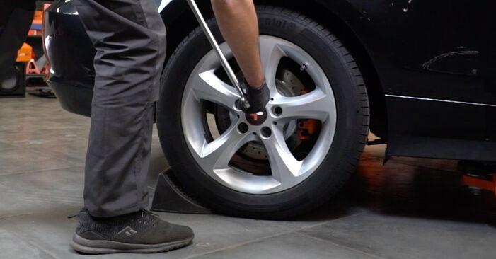 Hvordan skifte Alarmkontakt Bremsebeleggslitasje på BMW E82 2006 – gratis PDF- og videoveiledninger