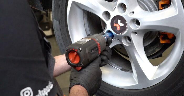 Sustitución de Sensor de Desgaste de Pastillas de Frenos en un BMW E82 123d 2.0 2008: manuales de taller gratuitos