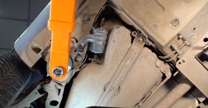 Kuinka vaihtaa Polttoainesuodatin Volvo V70 SW 1999 -autoon - ilmaiset PDF- ja video-oppaat