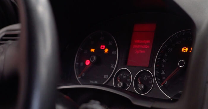 Golf V Hatchback (1K1) 2.0 TDI 16V 2007 Oljni filter DIY menjava, priročnik delavnice