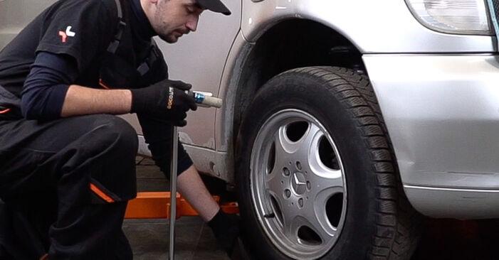 Ako vymeniť Tlmič pruzenia na MERCEDES-BENZ VITO Autobus (638) 2000 – tipy a triky
