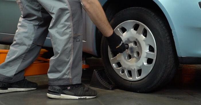 Come sostituire FIAT PUNTO (188) 1.2 60 2000 Biellette Barra Stabilizzatrice - manuali passo passo e video guide
