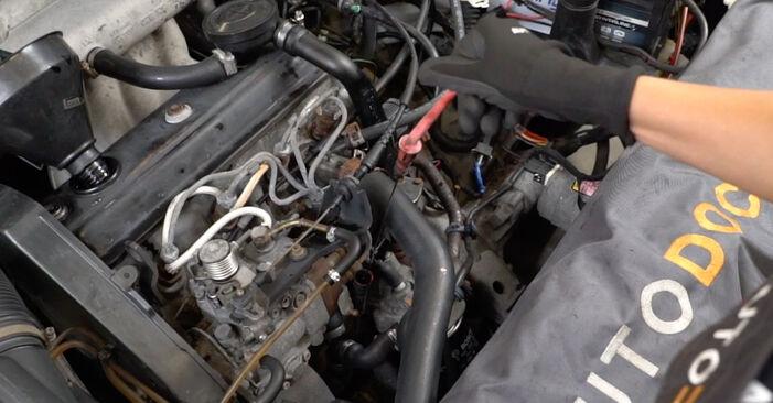 Cum să demontați VW GOLF 1.6 1995 Filtru ulei - instrucțiunile online ușoare de urmărit