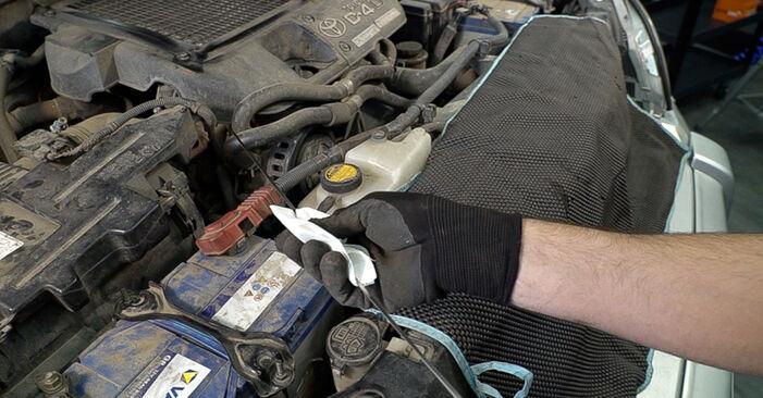 Kuinka vaikeaa on tehdä itse: Öljynsuodatin-osien vaihto Toyota Prado J120 3.0 D 2001 -autoon - lataa kuvitettu opas