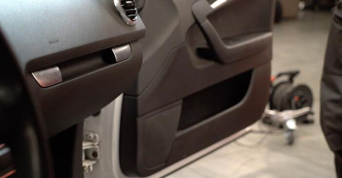 AUDI A3 2.0 TDI 16V Innenraumfilter ausbauen: Anweisungen und Video-Tutorials online
