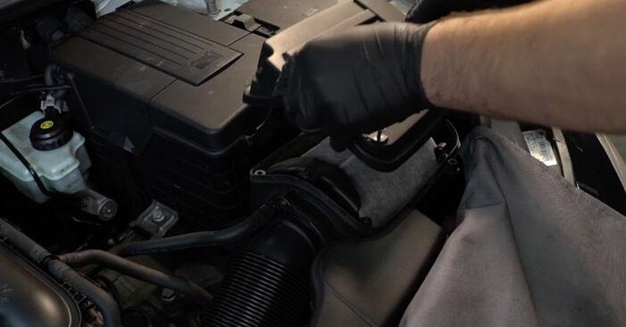 Byt Luftfilter på AUDI A3 Sportback (8PA) 1.6 TDI 2006 själv