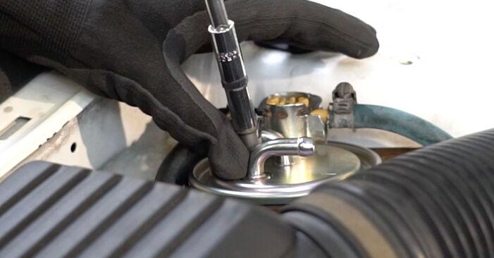 Naredite sami zamenjavo VW GOLF III (1H1) 1.8 1997 Filter goriva - spletni vodič