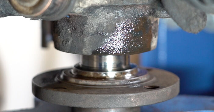 How to change Wheel Bearing on VW GOLF III (1H1) 1995 - tips and tricks