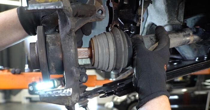 Wie problematisch ist es, selber zu reparieren: Radlager beim Golf 3 2.0 GTI 16V 1997 auswechseln – Downloaden Sie sich bebilderte Tutorials