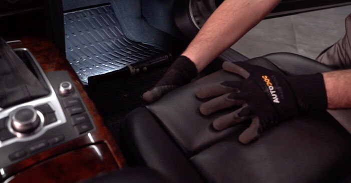 How to change Pollen Filter on Audi A6 4f2 2004 - free PDF and video manuals