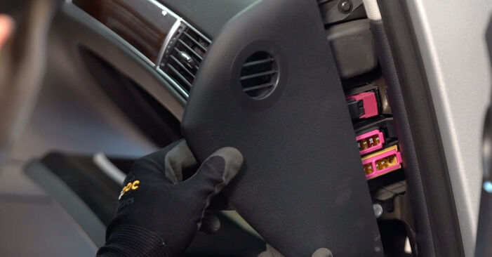 Changing Pollen Filter on AUDI A6 Saloon (4F2, C6) 2.7 TDI 2007 by yourself
