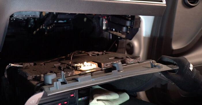 Wie man Innenraumfilter beim AUDI A6 Limousine (4F2, C6) 2009 austauscht – Downloaden Sie sich PDF-Anleitungen und Video-Tutorials