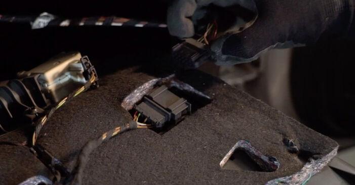 Wie schmierig ist es, selber zu reparieren: Innenraumfilter beim Audi A6 4f2 3.0 TDI quattro 2010 wechseln – Downloaden Sie sich Bildanleitungen