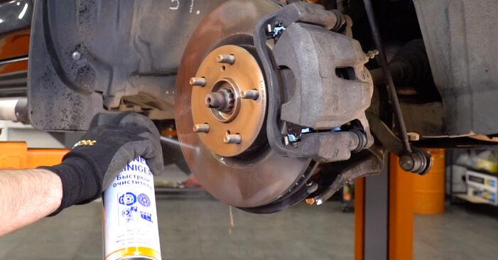 Quão difícil é efetuar a substituição de Amortecedor no Toyota RAV4 III 2.0 4WD 2011 por si mesmo - descarregue o guia ilustrado