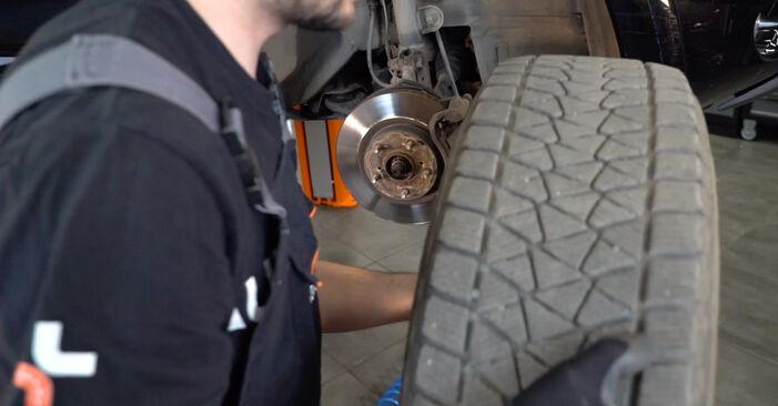 Mudar Amortecedor no Toyota RAV4 III 2013 não será um problema se você seguir este guia ilustrado passo a passo
