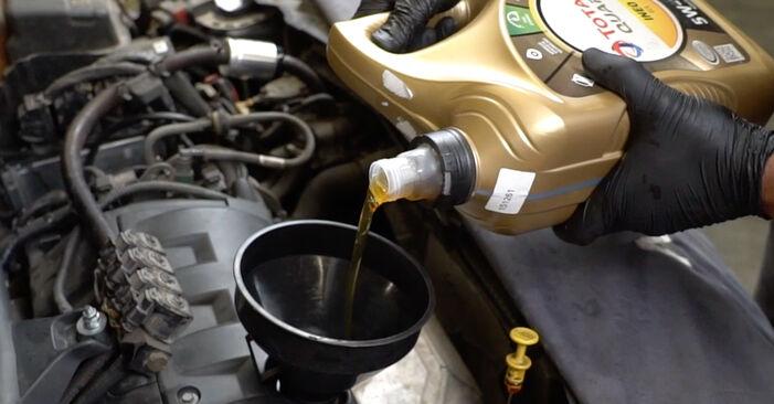 PEUGEOT 207 1.4 Ölfilter ausbauen: Anweisungen und Video-Tutorials online