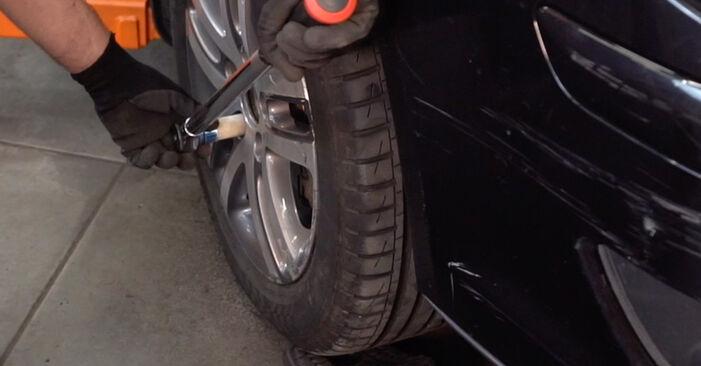 Kako odstraniti VW TOURAN 1.6 FSI 2007 Blazilnik - spletna, enostavna za sledenje, navodila