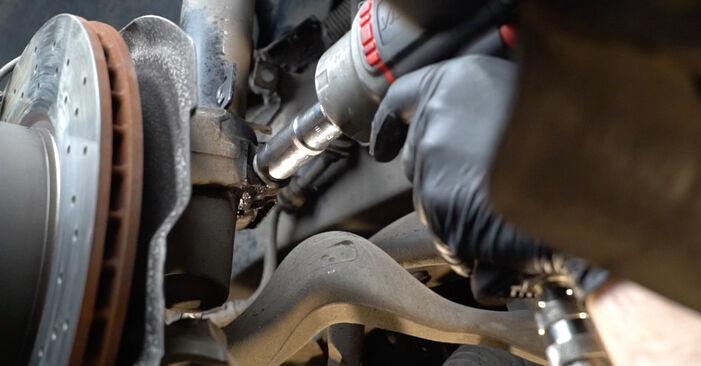 Cambio Amortiguadores en BMW E82 2008 no será un problema si sigue esta guía ilustrada paso a paso