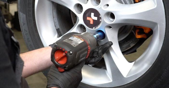 Kako zamenjati Blazilnik na BMW 1 Coupe (E82) 2006 - nasveti in triki