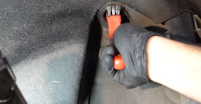 Kako zamenjati Blazilnik na BMW 1 Coupe (E82) 2011 - prenesite PDF priročnike in video navodila