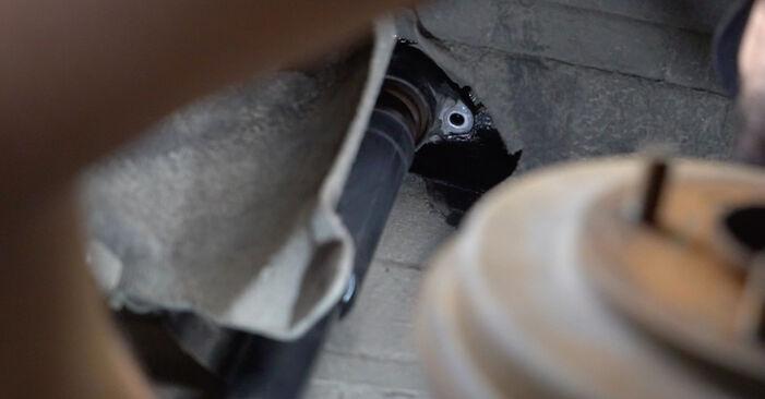 Stoßdämpfer beim FORD FIESTA 1.25 2015 selber erneuern - DIY-Manual