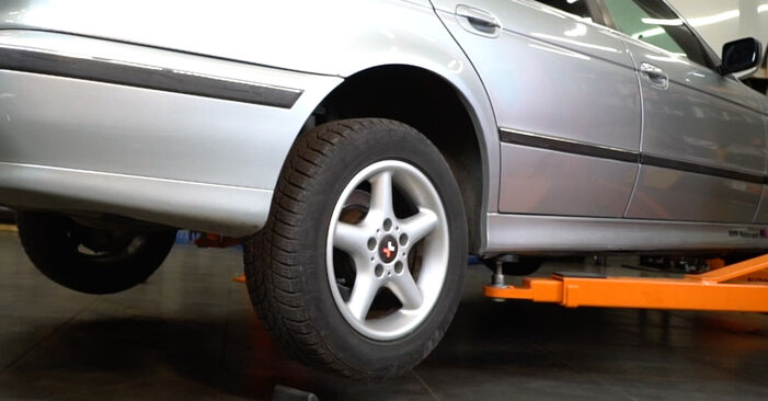 Wie Stoßdämpfer BMW 5 Limousine (E39) 530d 3.0 1996 austauschen - Schrittweise Handbücher und Videoanleitungen