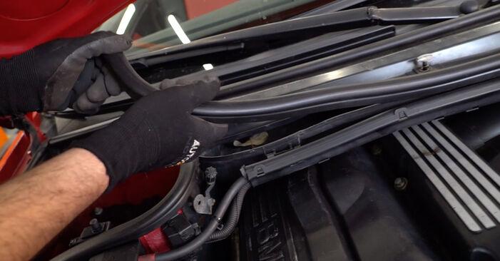 Kā nomainīt Salona filtrs BMW 3 Cabrio (E46) 2003 - lejupielādējiet PDF rokasgrāmatas un video instrukcijas