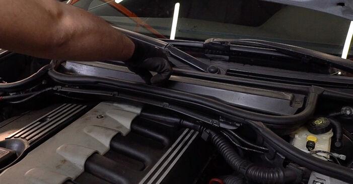 BMW 3 Touring (E46) 320i 2.2 2000 Levegőszűrő cseréje: ingyenes szervizelési útmutatók
