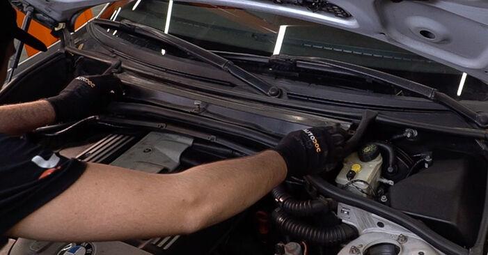 Hogyan BMW 3 Touring (E46) 1998 Levegőszűrő cseréje - ingyenes PDF és videó-útmutatók