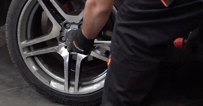 Wie schwer ist es, selbst zu reparieren: Koppelstange Mercedes W210 E 240 2.4 (210.061) 2001 Tausch - Downloaden Sie sich illustrierte Anleitungen