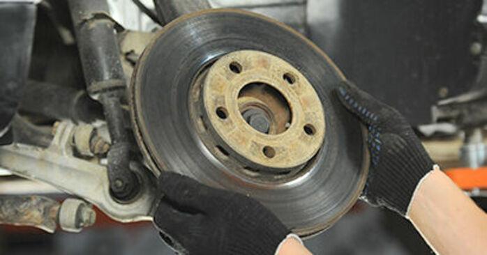 Cómo reemplazar Discos de Freno en un AUDI A4 Berlina (8D2, B5) 1999: descargue manuales en PDF e instrucciones en video