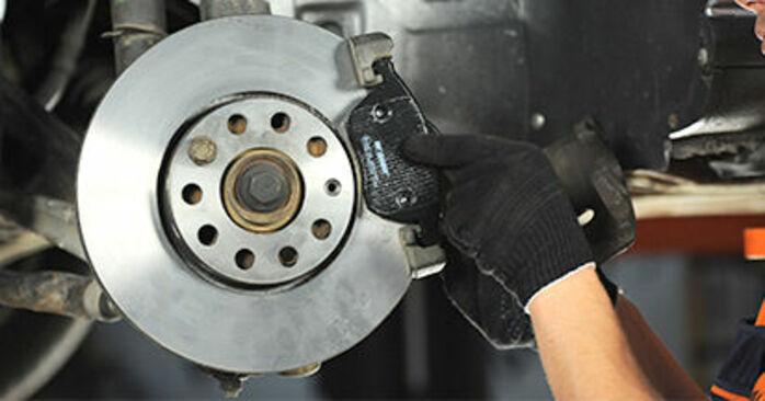 Austauschen Anleitung Bremsbeläge am Audi A4 B5 1996 1.6 selbst