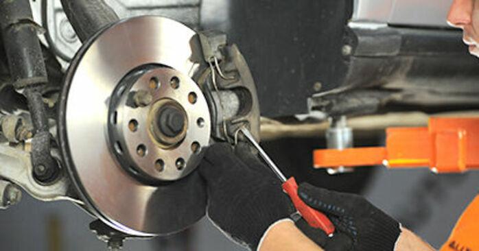 Wie AUDI A4 1.8 T quattro 1998 Bremsbeläge ausbauen - Einfach zu verstehende Anleitungen online