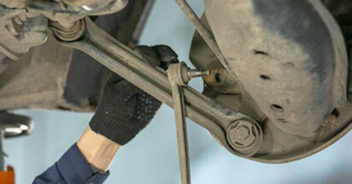 Wie schwer ist es, selbst zu reparieren: Querlenker Mercedes W202 C 250 D 2.5 (202.125) 1999 Tausch - Downloaden Sie sich illustrierte Anleitungen