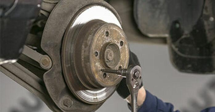 Kuinka vaikeaa on tehdä itse: Jarrulevyt-osien vaihto Mercedes W202 C 250 D 2.5 (202.125) 1999 -autoon - lataa kuvitettu opas