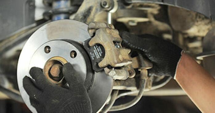 Remplacer Plaquettes de Frein sur Audi A4 B5 Berline 1996 1.6 par vous-même