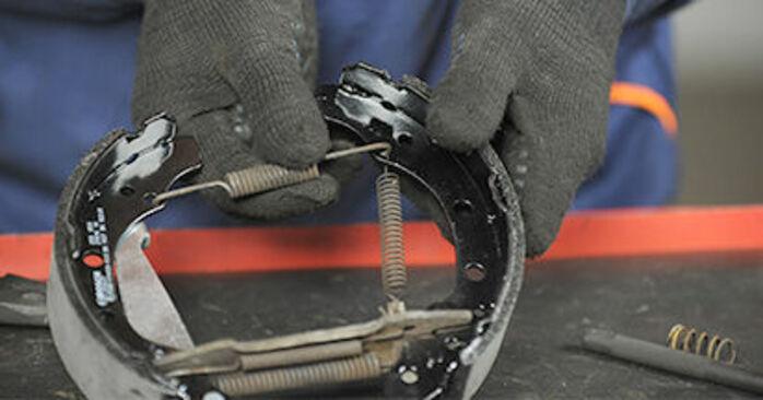 Wie schwer ist es, selbst zu reparieren: Bremsbacken VW Lupo 6x1 1.6 GTI 2004 Tausch - Downloaden Sie sich illustrierte Anleitungen