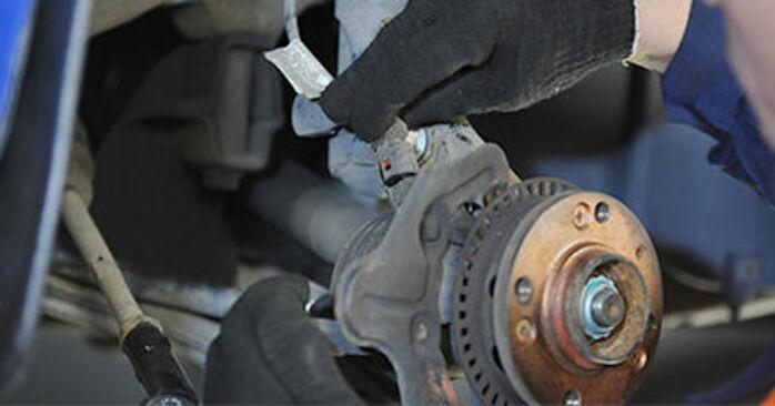Hvordan man udskifter VW Lupo (6X1, 6E1) 1.2 TDI 3L 1999 Hjulleje - trin-for-trin manualer og video vejledninger