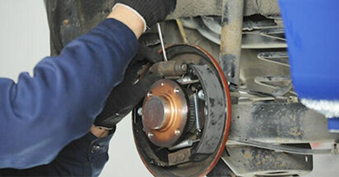 Hauptbremszylinder beim VW LUPO 1.4 FSI 2005 selber erneuern - DIY-Manual