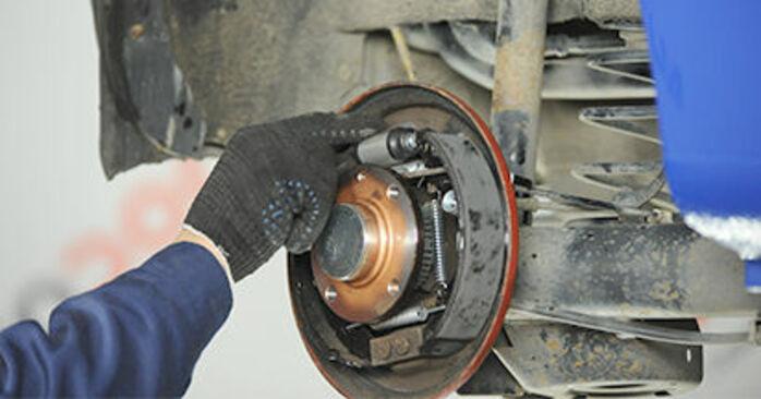 Austauschen Anleitung Hauptbremszylinder am VW Lupo 6x1 2000 1.2 TDI 3L selbst