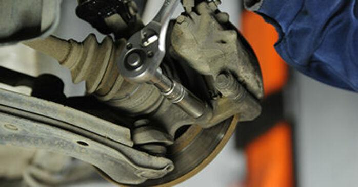 Sustitución de Discos de Freno en un Nissan Micra k11 1.3 i 16V 1994: manuales de taller gratuitos