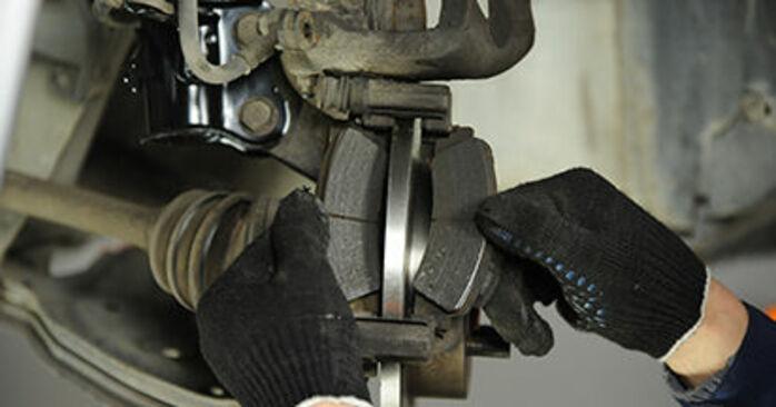 Bremsbeläge am NISSAN MICRA II (K11) 1.3 1997 wechseln – Laden Sie sich PDF-Handbücher und Videoanleitungen herunter