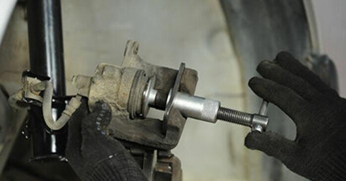 Wie schwer ist es, selbst zu reparieren: Bremsbeläge Nissan Micra k11 1.0 i 16V 1998 Tausch - Downloaden Sie sich illustrierte Anleitungen