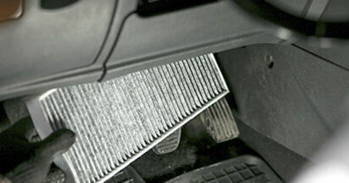 Ile czasu zajmuje wymiana: Filtr powietrza kabinowy w Peugeot 407 Sedan 2004 - pouczająca instrukcja w formacie PDF