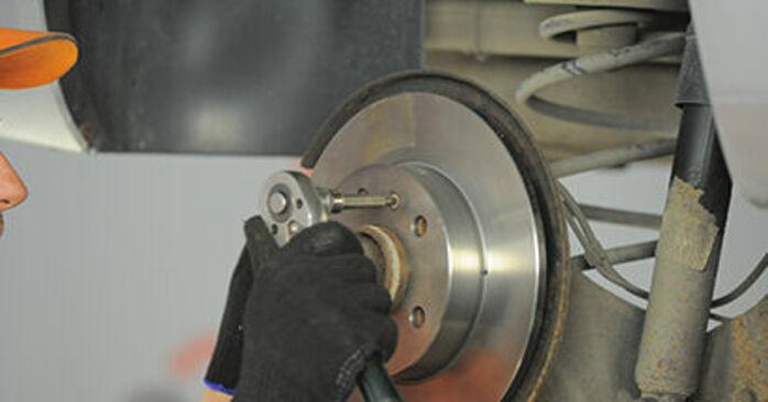 Jak trudno jest to zrobić samemu: wymień Tarcza hamulcowa w Opel Astra h l48 1.7 CDTI (L48) 2010 - pobierz ilustrowany przewodnik