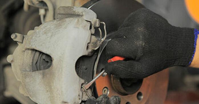 Πώς να αντικαταστήσετε OPEL Astra H Hatchback (A04) 1.7 CDTI (L48) 2005 Τακάκια Φρένων - εγχειρίδια βήμα προς βήμα και οδηγοί βίντεο