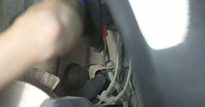 Tausch Tutorial Domlager am BMW 5 Limousine (E60) 2003 wechselt - Tipps und Tricks