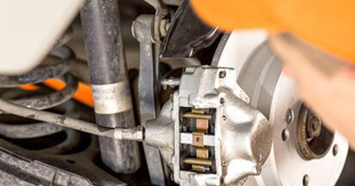 Wie Bremssattel MERCEDES-BENZ 190 (W201) E 1.8 (201.018) 1983 austauschen - Schrittweise Handbücher und Videoanleitungen