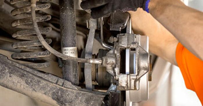Bremssattel am MERCEDES-BENZ 190 (W201) E 2.6 (201.029) 1987 wechseln – Laden Sie sich PDF-Handbücher und Videoanleitungen herunter